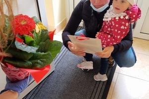 Przygotowanie i wręczenie laurek rodzicom - 133615759.jpg