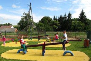 Plac zabaw w Brzezinach-Berdechowie - img_1111.jpg