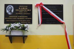 Uroczystość odsłonięcia tablicy pamiątkowej w Szkole Podstawowej im. prof. Karola Olszewskiego w Broniszowie. - p1015415.jpg