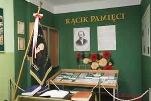 Uroczystość odsłonięcia tablicy pamiątkowej w Szkole Podstawowej im. prof. Karola Olszewskiego w Broniszowie. - p1015431.jpg
