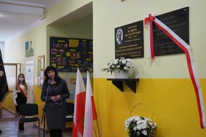 Uroczystość odsłonięcia tablicy pamiątkowej w Szkole Podstawowej im. prof. Karola Olszewskiego w Broniszowie. - p1015447.jpg