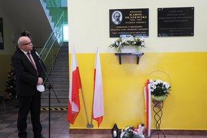 Uroczystość odsłonięcia tablicy pamiątkowej w Szkole Podstawowej im. prof. Karola Olszewskiego w Broniszowie. - p1015486.jpg