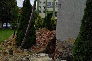 Inwestycja w trakcie realizacji: prace związane z ociepleniem elewacji budynku oraz zabezpieczeniem przeciw-wilgociowym i ociepleniem fundamentów - 20170632_005.jpg