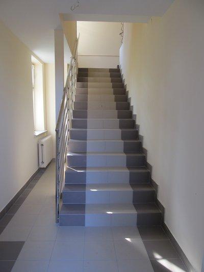 Wykonanie rozbiórki schodów zewnętrznych i wykonanie schodów wewnątrz budynku oraz adaptacja pomieszczeń w budynku komunalnym nr 260 w Wielopolu Skrzyńskim (pomieszczenia nad apteką)