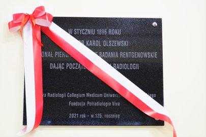 Uroczystość odsłonięcia tablicy pamiątkowej w Szkole Podstawowej im. prof. Karola Olszewskiego w Broniszowie.