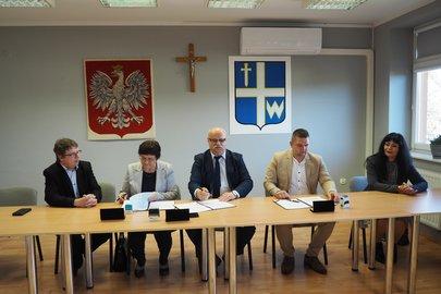 Podpisanie umowy na realizację inwestycji dotyczącej rozbudowy sali gimnastycznej przy Szkole Podstawowej imienia profesora Karola Olszewskiego w Broniszowie